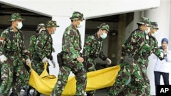 Indonesian soldiers carry a mock victim during a joint anti-terrorism exercise with Australia's elite unit SAS at the Bali International Airport, in Kuta, Indonesia, Sept 2010 (file photo)