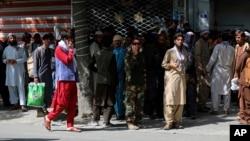 کابل میں بینکوں کے باہر لوگوں کی قطاریں۔ یہ منظر پندرہ اگست کا ہے۔ فوٹو اے پی