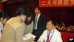 台湾书迷向二月河索取签名