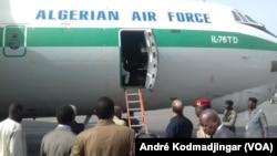 Une centaine d'immigrés sont montés à bord de l'avion Algerian Air force pour être renvoyés dans leur pays, au Tchad. (André Kodmadjingar/VOA)