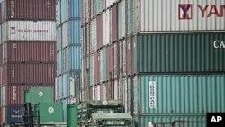 Produk-produk Tiongkok di pelabuhan siap untuk diekspor (foto: dok). Permintaan yang menurun dari pasar AS dan Eropa membuat pertumbuhan ekonomi Tiongkok melambat.