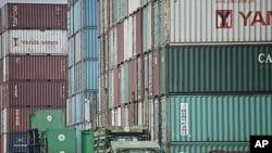 圖為中國上海一個港口附近的集裝箱集散地