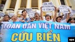 Người dân Việt Nam xuống đường biểu tình vụ cá chết tại Hà Nội, ngày 1/5/2016.