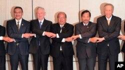4일 싱가포르에서 아시아 안보회의, '샹그릴라 대화' 폐막을 앞두고, 제임스 매티스 미국 국방장관(왼쪽 2번째)이 아세안 회원국 국방장관들과 기념촬영을 하고 있다.