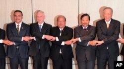 Các Bộ trưởng Quốc phòng (từ trái sang phải) Malaysia Hishammuddin Hussein, Mỹ James Mattis, Cố vấn An ninh Quốc gia Myanmar U Thaung Tun, Thứ trưởng Chính sách Quốc phòng Philippines, Tướng Ricardo David Jr. và Bộ trưởng Quốc phòng Singapore Ng Eng Hen nối vòng tay nhau tại diễn đàn an ninh và quốc phòng thường niên Shangri-La, ngày 4/6/2017.
