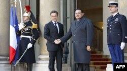 پرزیدنت سارکوزی و مبارک در مقابل کاخ الیزه
