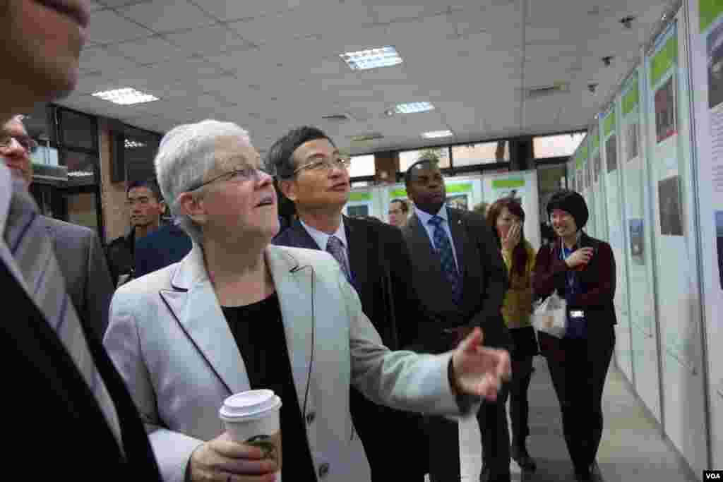 美国环保署长麦卡锡( Gina McCarthy)参观美台环保合作20周年回顾展(美国之音张佩芝拍摄)