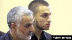 سردار قاسم سلیمانی در کنار پسر عماد مغنیه، از فرماندهان کشته شده حزب الله لبنان
