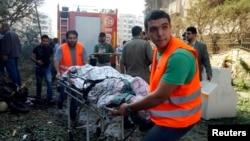 Petugas penyelamat Lebanon mengangkut korban ledakan di dekat Kedubes Iran di Beirut. Sedikitnya 23 orang tewas dalam 2 ledakan Selasa (19/11).