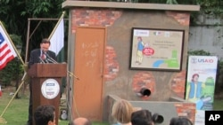 یوایس ایڈ کے عہدیدار جان مارگین تقریب سے خطاب کررہے ہیں