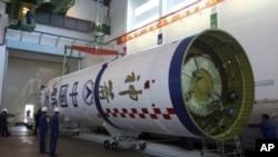 图为中国工作人员今年9月25日为向太空发射神州8号无人驾驶飞船做准备资料照