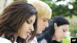 Du học sinh thường phải tìm sự hỗ trợ tài chính từ nhà trường, chính phủ hoặc chủ nhân của họ