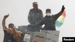 18일 이라크 쿠르드 민병대원들이 모술 동부에서 이슬람 수니파 무장조직 ISIL 점령지를 공격하기 위해 진격하고 있다.
