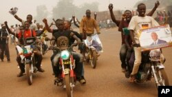 Supporters of presidential candidate Faustin Archange Touadera rally during a sandstorm in the streets of Bangui, Central African Republic, Feb. 12, 2016.