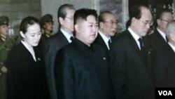 Kim Jong Un (tengah) dan beberapa pejabat tinggi Korut. Pyongyang menegaskan tidak ada perubahan apapun dengan pergantian kepimpinan di Korea Utara (29/12).