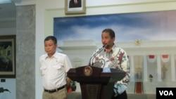 Menteri Pariwisata Arief Yahya (kanan) dan Menteri Perhubungan Ignatius Jonan di kantor Kepresidenan Jakarta (15/10). (VOA/Andylala Waluyo)