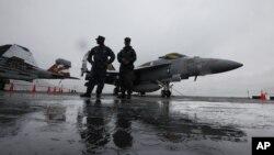 华盛顿号航空母舰: 军人在F-18战斗机旁