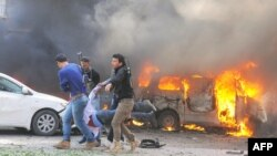 叙利亚官方通讯社提供的照片显示叙利亚人抬着爆炸受伤者