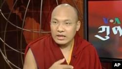 嘉瓦噶瑪巴在美國之音電視演播室接受實況采訪