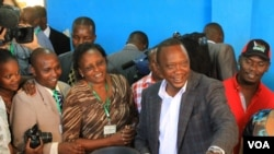 Mgombea urais wa Jubilee Uhuru Kenyatta akipiga kura katika jimbo lake la uchaguzi Gatundu , Kenya, March 4, 2013. (J. Craig/VOA)