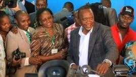 Jubilee presidential candidate Uhuru Kenyatta votes in his home constituency of Gatundu, Kenya, March 4, 2013. (J. Craig/VOA)