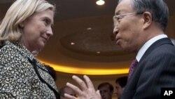 중국의 다이빙궈 외교담당 국무위원과 담소를 나누고 있는 힐러리 클린턴 국무장관