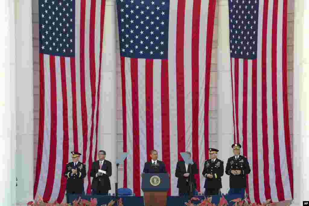 Президент США Барак Обама виступає з промовою на Національному кладовищі у Арлінгтоні.