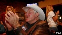 Denny Behrens dari Grand Junction, Colorado memberikan dukungan untuk Scott Tipton, seorang kandidat DPR untuk Partai Republik.