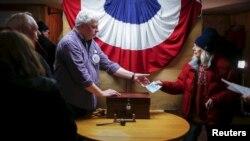 یک مرکز رای گیری در ایالت نیوهمپشایر - ۹ فوریه ۲۰۱۶