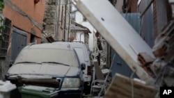 Des maisons et des véhicules détruits lors d'un violent tremblement de terre dans le centre de l'Italie, 24 août 2016.