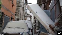 Des secouristes fouillent dans les décombres après le séisme à Amatrice, Italie, 24 août 2016.