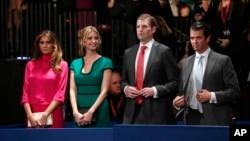 Dari kiri ke kanan: Melania Trump, Ivanka Trump, Eric Trump dan Donald Trump, Jr. pada salah satu acara debat kepresidenan, 9 Oktober 2016 di St. Louis.