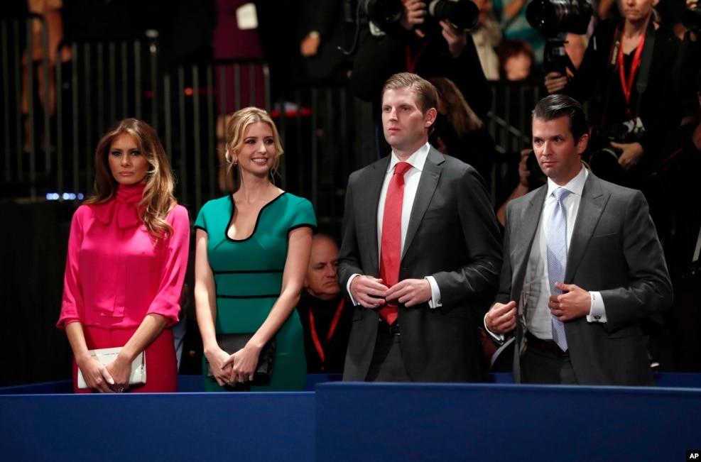 2016年10月9日,在美國第二場總統候選人辯論的會場,(左起)川普夫人梅拉尼亞·川普,女兒伊万卡·川普,兒子埃里克·川普和小唐納德·川普