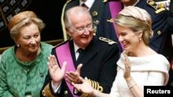 Raja Albert II (tengah) dan Ratu Mathilde (kanan) serta Ratu Paola dalam upacara penobatan Raja Philippe di parlemen Belgia di Brussels, 21 Juli 2013.