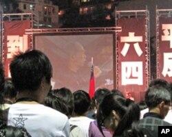 2010年六四烛光晚会市民听司徒华讲话