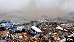 En Kesennuma, en la prefectura de Miyagi, el oleaje del tsunami producido por el maremoto, arrasó con todo a su paso este viernes 11 de marzo de 2011.