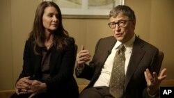 Melinda Gates escucha a su esposo Bill durante una entrevista en Nueva York sobre las nuevas metas para derrotar a la pobreza mundial.
