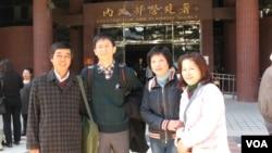 詹顺贵律师(左二)与大埔案诉讼人张森文(左一)等 (元贞联合法律事务所提供)