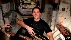 Esta imagen publicada por el astronauta francés Thomas Pesquet en Twitter el 12 de marzo de 2017, lo muestra con un saxofón que recibió por su cumpleaños a bordo de la Estación Espacial Internacional. El instrumento llegó a un buque de carga SpaceX el 23 de febrero y sus compañeros de tripulación lo mantuvieron oculto hasta su 39 cumpleaños el 27 de febrero.