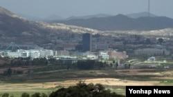 한국 파주시 도라전망대에서 바라본 북한 개성공단 일대.
