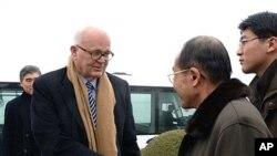 北韩官员8日在平壤欢迎美国特使斯蒂芬•博斯沃思来访