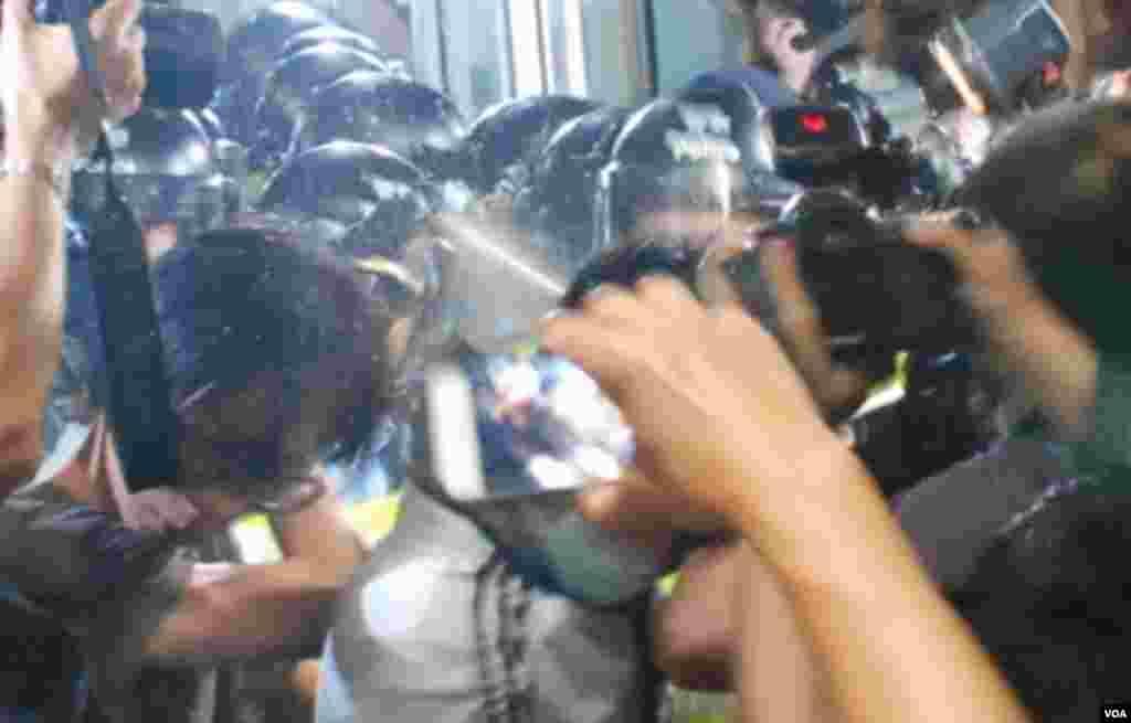有示威者被警方胡椒噴霧射中 (美國之音湯惠芸拍攝)