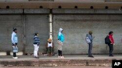 Des Sud-africains font la queue devant une épicerie à Johannesburg, le1er avril 2020. (AP Photo/Jerome Delay)