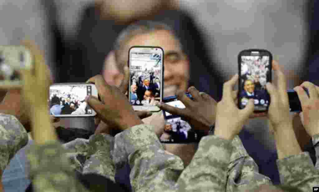 26일 한국을 방문 중인 바락 오바마 미국 대통령이 용산 미군 기지를 방문한 가운데, 미군들이 휴대폰으로 오바마 대통령 사진을 찍고 있다.