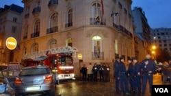 Para anggota polisi Perancis memeriksa lokasi di depan gedung KBRI di Paris pasca ledakan tahun 2004 (foto: dok).