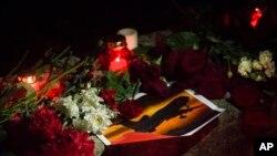 Bunga dan lilin ditempatkan untuk mengenang korban jatuhnya pesawat (25/12). Sochi, Rusia. (foto: AP Photo/Viktor Klyushin)