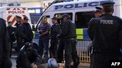 Cảnh sát bắt giữ một người đàn ông bên ngoài một quán rượu trên đường Eltham High ở London, ngày 10/8/2011. Thủ tướng Anh David Cameron đã loan báo các biện pháp mới nhằm vãn hồi trật tự trên các đường phố của Anh