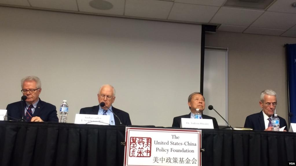 """星期四(10月26日)在""""美中政策基金會""""舉行的有關""""19大的結果與分析""""的研討會。 (美國之音斯洋拍攝)"""