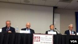 """星期四(10月26日)在""""美中政策基金会""""举行的有关""""19大的结果与分析""""的研讨会。(美国之音斯洋拍摄)"""