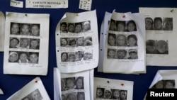 زلزلے سے بچ جانے والے لیکن بے گھر افراد کی تصاویر اسپتال میں آویزاں ہیں۔